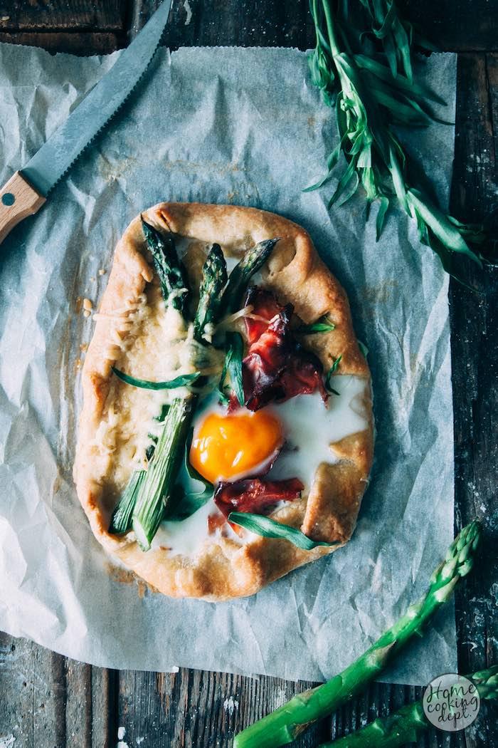 Groene asperges recept: Galettes met ham, ei en groene asperges