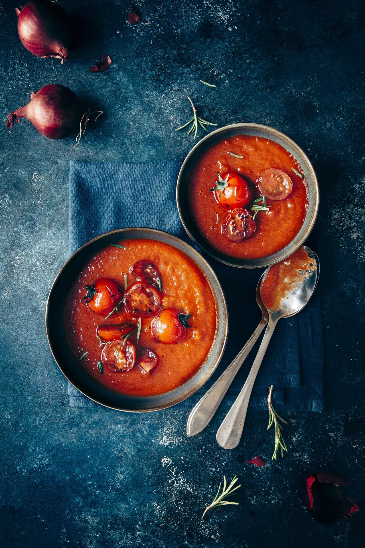 Romige tomatensoep met rode uien + geurige rozemarijn
