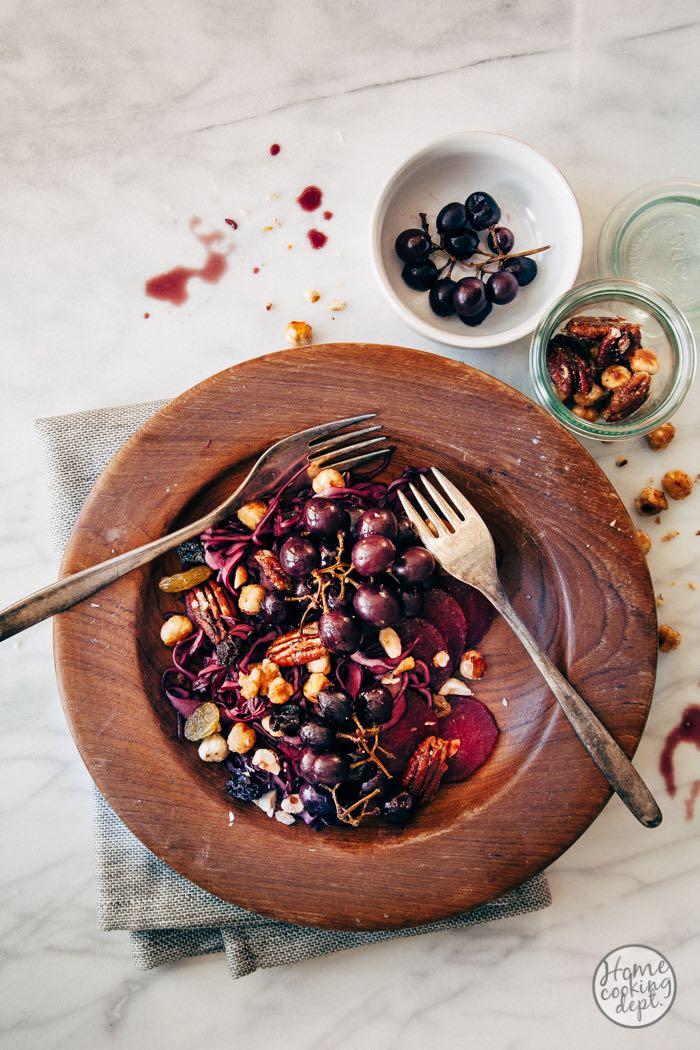 Wintersalade met rode kool, geroosterde druiven + honingnoten